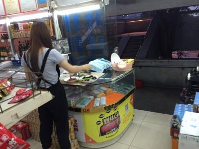 中国 店の中飯食う